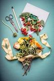 秋天开花束与包围,剪,铅笔,并且在蓝色工作区的花制表背景,顶视图 创造性的花ar 库存照片