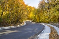秋天弯曲的路 免版税库存图片
