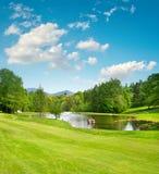 秋天彩色场标志高尔夫球沙子结构树 环境美化与绿草和美丽的蓝天 免版税库存图片