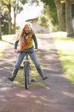 秋天循环公园纵向妇女年轻人 库存照片
