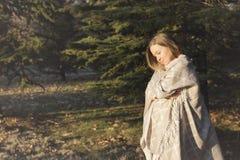秋天愉快的妇女 免版税图库摄影