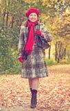 秋天愉快的成熟走的妇女 免版税库存照片