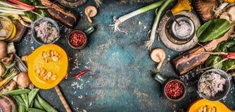 秋天感恩季节性烹调与收获菜、南瓜、蘑菇和其他季节性烹调成份在铁锈 免版税库存照片