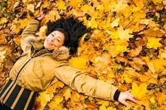 秋天成熟公园妇女 免版税图库摄影