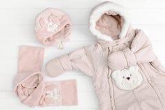 秋天或冬天时尚成套装备 女婴桃红色套在白色背景的衣物 免版税库存照片