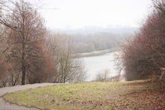秋天接近的公园路径 免版税库存照片