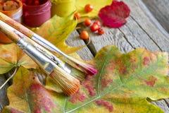 秋天摘要的颜色与画笔和叶子的 库存图片