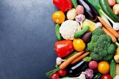 秋天收获农厂菜和块根作物在黑厨房用桌顶视图与拷贝空间文本的 健康和有机backgr 库存照片