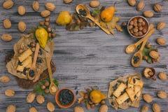 秋天收获梨、苹果、葡萄和黄色叶子在w 库存图片