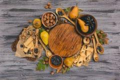 秋天收获梨、苹果、葡萄和黄色叶子在w 库存照片