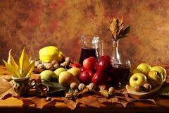 秋天收获:果子、叶子和酒 库存图片