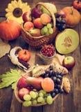 秋天收获-新鲜的秋天果子 免版税图库摄影