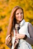 秋天方式头发长的公园红色妇女 库存图片