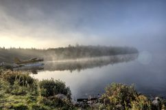 秋天日出反射的湖 图库摄影