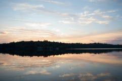 秋天日落把一个湖变成镜子 免版税库存图片