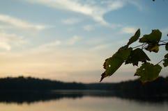 秋天日落把一个湖变成镜子 免版税图库摄影