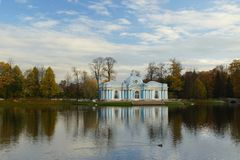 秋天早晨在凯瑟琳公园在Tsarskoe Selo 图库摄影