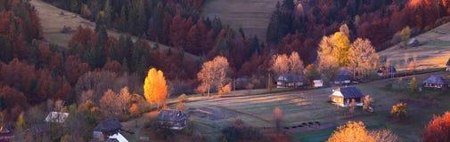 秋天早晨在山村,太阳的第一光芒 平均观测距离 免版税库存照片