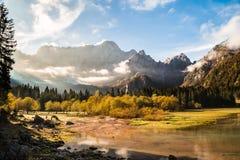 秋天早晨在阿尔卑斯 库存照片