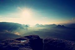 秋天早晨的意想不到的颜色 在发烟性山上峰顶的梦想的破晓有看法到有薄雾的谷里 库存图片