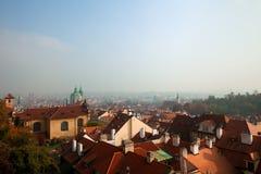 秋天早晨老布拉格屋顶 免版税库存照片