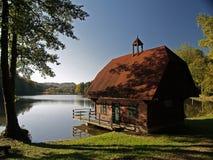 秋天早期的湖 免版税库存照片