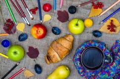 秋天早餐:苹果、黄色叶子、一杯茶和colore 免版税库存照片