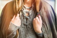 秋天时尚成套装备细节 秋天时尚成套装备、时髦的短夹克和灰色羊毛毛线衣的妇女 温暖的instagram等级 免版税库存照片