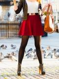 秋天时尚 在室外时髦的鞋子的女性腿 免版税图库摄影