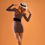 秋天时尚 红头发人妇女,时髦的秋天成套装备 免版税库存照片