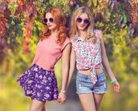 秋天时尚 获得朋友的女孩乐趣 室外公园 免版税库存图片