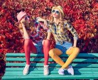 秋天时尚 都市室外 坐的步骤妇女 免版税库存照片