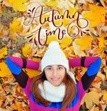 秋天时间书法与秋天妇女的字法文本叶子的在公园 库存照片