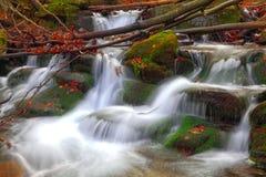 秋天时间的山河 免版税库存照片