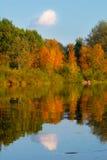 秋天明亮的云彩横向美丽如画的河天空结构树 免版税库存照片