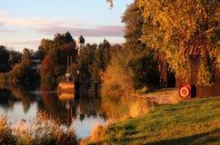秋天晚上在巴伐利亚 湖和教会 库存图片