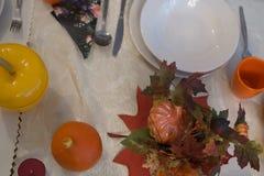 秋天晚餐的美妙地装饰的桌 库存照片