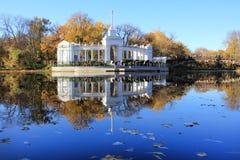 秋天景观和水 库存照片