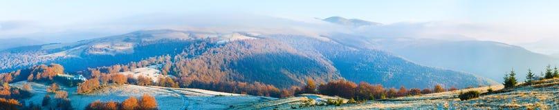 秋天有薄雾的早晨山全景 免版税库存照片