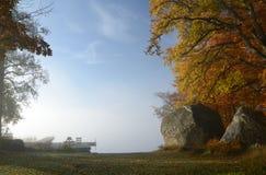 秋天有雾的湖横向s 免版税库存图片