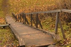 秋天木楼梯在乡下 免版税库存图片