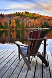 秋天木码头的湖 库存图片
