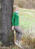 秋天木头的美丽的女孩 免版税库存图片
