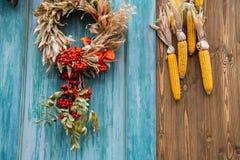 秋天构成为与玉米和花圈的感恩节 免版税图库摄影