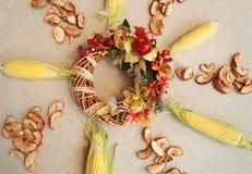 秋天构成为感恩天用玉米、苹果、蘑菇和南瓜 免版税库存照片
