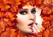 秋天构成和钉子艺术趋向 秋天秀丽时尚女孩 库存照片