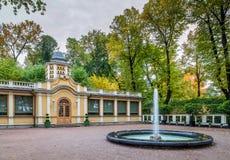 秋天树、古老木房子和喷泉看法在Summe 库存图片