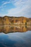 秋天树被反映湖的表面上 免版税库存图片