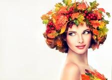 秋天样式、明亮的构成、红色修指甲和唇膏 库存照片