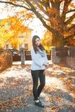 秋天样式的俏丽的妇女在日落 图库摄影